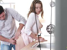 Грудастую русскую девку оттрахали на кухонном столе и кончили в рот