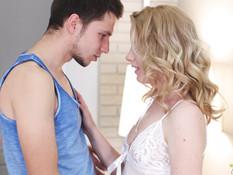 Оттрахал и обкончал кудрявую русскую блондиночку с маленькой грудью