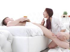 Рыжеволосая русская девчонка принесла завтрак в постель и отсосала