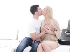 Отымел худую русскую блондиночку с маленькой грудью и кончил на лицо