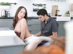 Оттрахал на рабочем столе грудастую русскую девку и обкончал ей лицо
