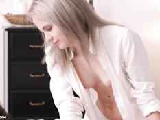 Стройная русская блондинка сделала парню массаж с маслом и отсосала
