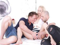Двое возбуждённых парней отпердолили худую русскую блондинку в анал