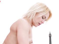 Худая русская блондиночка с маленькой грудью оттрахана в бритую писю