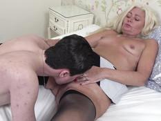 Ненасытная зрелая блондинка ебётся с молодым парнем в киску и анус