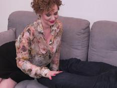 Кудрявая мамочка с большими сиськами трахается с молодым любовником
