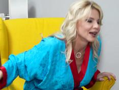 Грудастая русская дамочка на кровати трахается с молодым приятелем