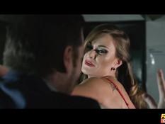 Пять женщин танцовщиц стриптиза занялись лесбийским сексом на сцене