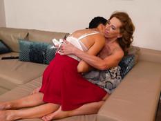 Молодая русская брюнетка соблазнила на лесбийский секс рыжую дамочку