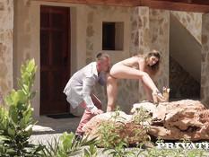 Брутальный мужчина отодрал во дворе худую девушку с маленькой грудью