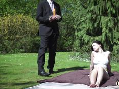 Пожилой слуга отодрал грудастую девчонку в парке на зелёной лужайке