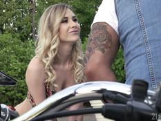 Байкер привёз молодую кудрявую блондинку и отымел на своём мотоцикле