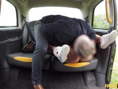 Таксист дал отсосать хуй сисястой блондинке и отымел её в автомобиле