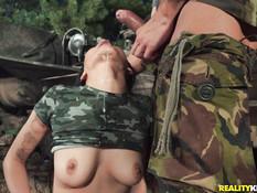 Мужчина в камуфляже оттрахал возле танка сисястую японскую девчонку