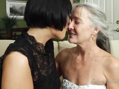 Две зрелые американские пары занялись жёстким свинг сексом на диване