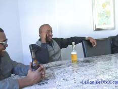 Четыре белые дамы занимаются свинг сексом с четырьмя чёрными парнями