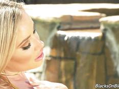 Негр во дворе отпердолил в анал знойную блонду с большими дойками