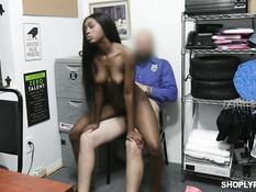 Бородатый охранник магазина оттрахал в подсобке молодую негритянку