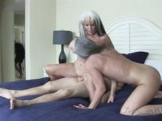 Межрасовый свинг секс двух зрелых блондинок с чёрным и белым парнями