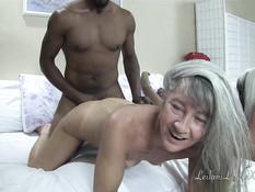 Две пожилые дамы занимаются свинг сексом с двумя чёрными мужчинами