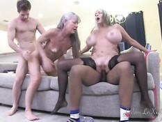 Межрасовая оргия с двумя пожилыми дамами любительницами свинг секса