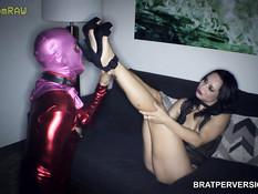 Грудастая русская госпожа трахает страпоном раба в латексном костюме