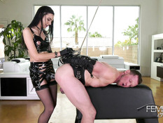 Худая темноволосая госпожа в кожаном белье страпоном ебёт секс раба