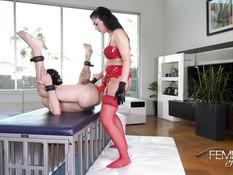 Властолюбивая госпожа в латексном белье отодрала секс раба страпоном