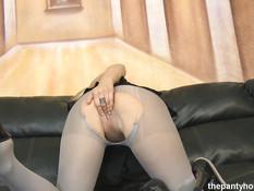 Жёсткая ебля на диване с сиськастой молодой блондинкой в колготках