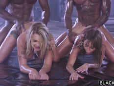 Две горячие белые девки в спортзале ебутся с двумя здоровыми неграми