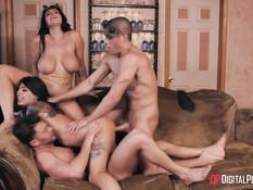 Две страстные пары занимаются развратным групповым сексом на диване