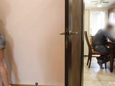 Бесстыжая молодая блондинка трахается с парнем возле работающего отца