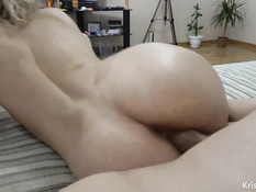 Грудастая блондиночка дрочит член ногами и получает сперму на киску
