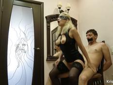 Госпожа в чулках и латексном платье отымела привязанного к стулу раба