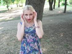Блондинка с большой грудью теребит бритую пизду и сосёт член в парке