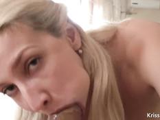 Блондинка разбудила парня сочным минетом и выдрочила сперму на лицо