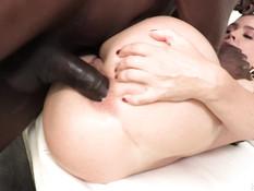 Мускулистый негр отпердолил в рабочий анус сиськастую зрелую шатенку