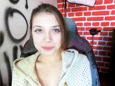 Разгорячённая русская девчонка сквиртует и получает сперму на лобок