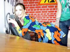 Голубоглазая русская милашка сосёт у парня член и трахается на столе