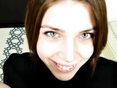Голубоглазая русская шатенка с пирсингом носа подрочила член ногами