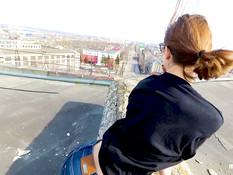Он привёл на крышу очкастую русскую девку и отодрал её в позе раком