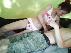 Молодой человек ебёт грудастую русскую тёлку в туристической палатке