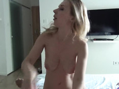 Грудастая украинская блондинка на кровати высасывает сперму из члена