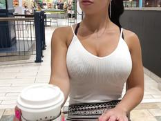 Брюнетка с большой грудью дрочит клитор в кафе и общественном туалете