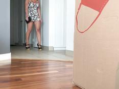 Грудастая брюнетка насаживается на торчащий из коробки половой член