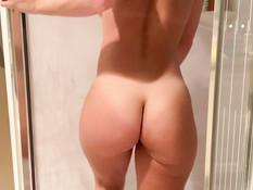 Грудастая брюнетка со спортивной фигурой мастурбирует фаллосом в душе