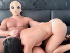 Мужчина в маске отодрал и залил спермой сисястую спортивную брюнетку