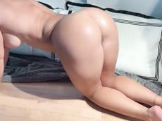 Спортивная брюнетка с большой грудью довела себя до мокрого оргазма