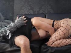 Сисястая брюнетка в сетчатых колготках трахается с парнем на диване