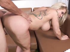 Мужик отодрал сисястую татуированную даму на диване и обкончал попу
